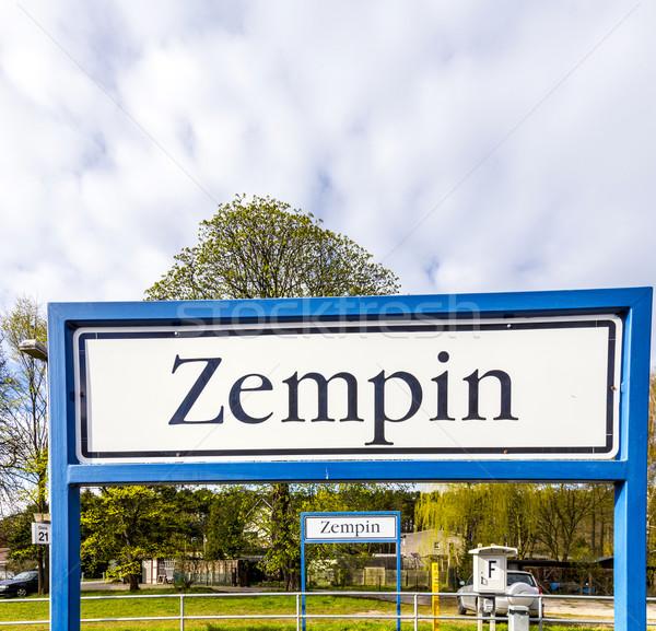 Oude verkeersbord treinstation hemel Stockfoto © meinzahn