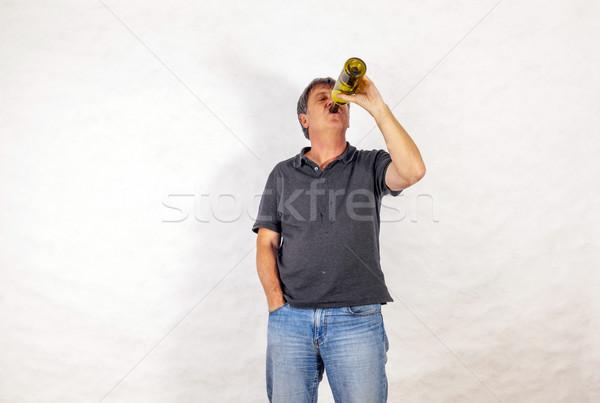 Hombre bebidas alcohol fuera botella hombre maduro Foto stock © meinzahn