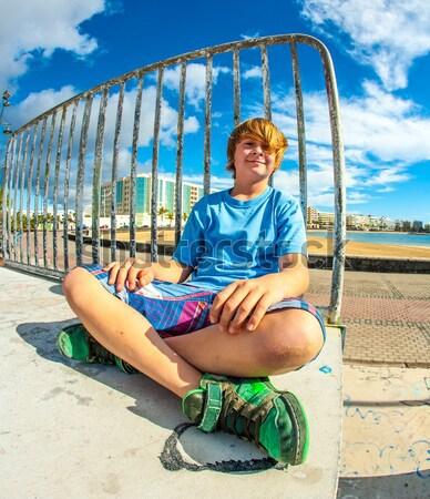 Aranyos fiú ül korcsolya park rámpa Stock fotó © meinzahn