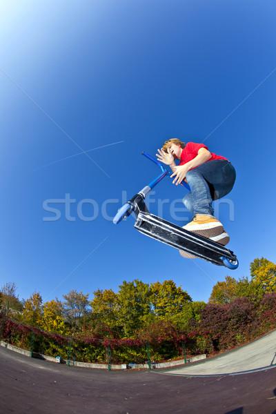Fiú ugrik moped korcsolya park kék Stock fotó © meinzahn