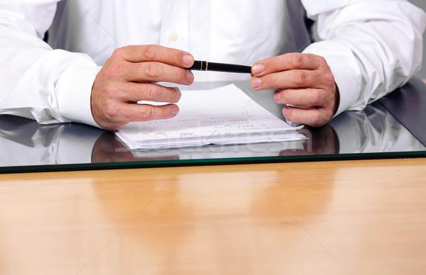 Kezek magyaráz üzletember iroda papír kéz Stock fotó © meinzahn