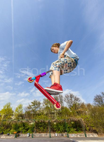 Fiú ugrik moped gerincoszlop korcsolya park Stock fotó © meinzahn