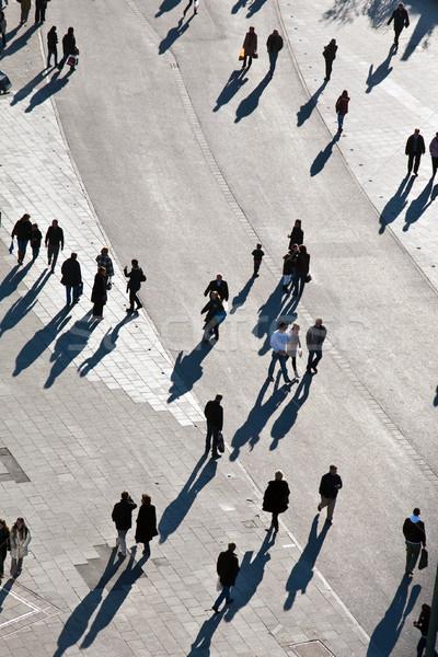 Mensen lopen voetganger vogels naar Stockfoto © meinzahn