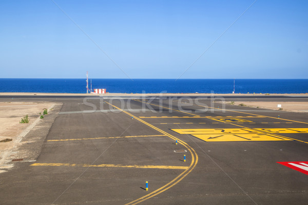 Pista océano cielo sonrisa signo aeropuerto Foto stock © meinzahn
