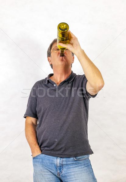 Man dranken alcohol uit fles volwassen man Stockfoto © meinzahn