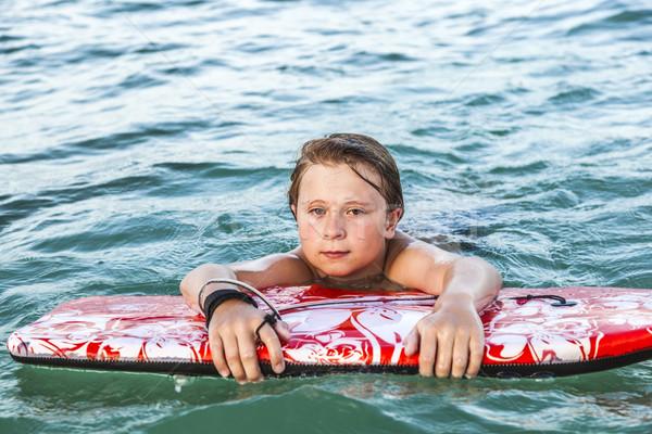 Menino esgotado surfe bonitinho sol criança Foto stock © meinzahn