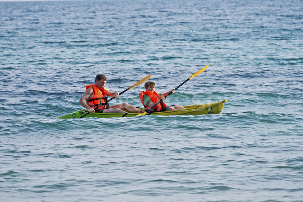 Baba oğul kano açmak deniz mutlu güneş Stok fotoğraf © meinzahn