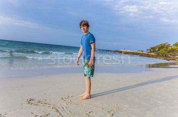 Chłopca piśmie wiadomość plaża piaszczysta młody chłopak Zdjęcia stock © meinzahn