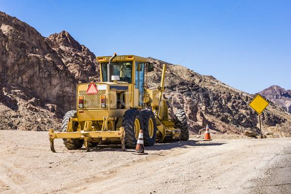 Escavadeira estreito estrada conduzir morte vale Foto stock © meinzahn