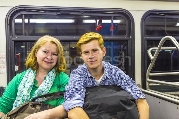 Moeder zoon luchthaven bus aankomst bagage Stockfoto © meinzahn