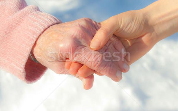 Stockfoto: Senior · jonge · holding · handen · buiten · sneeuw · handen