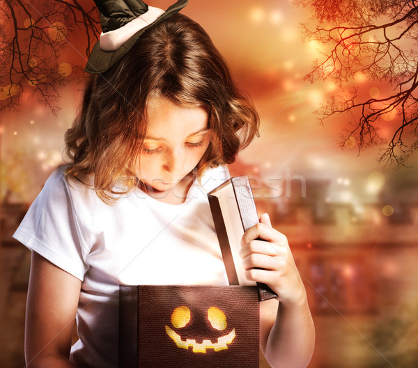 Halloween bonitinho pequeno bruxa caixa abertura Foto stock © Melpomene