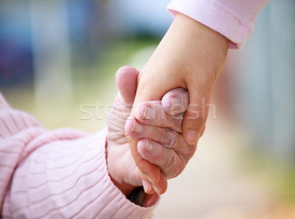 Stockfoto: Senior · jonge · holding · handen · buiten · handen · hand