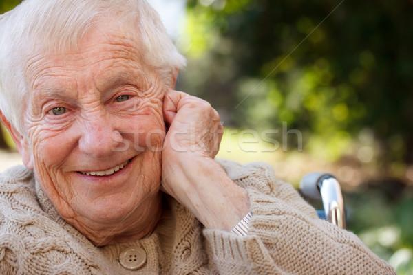 Foto stock: Feliz · senior · senhora · cadeira · de · rodas · sorridente · fora