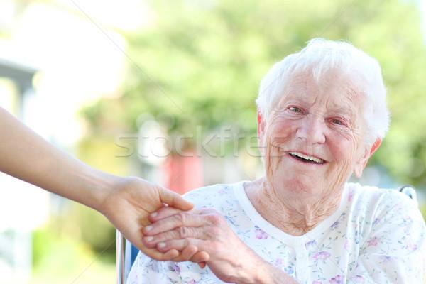 Starszy kobieta trzymając się za ręce szczęśliwy strony domu Zdjęcia stock © Melpomene