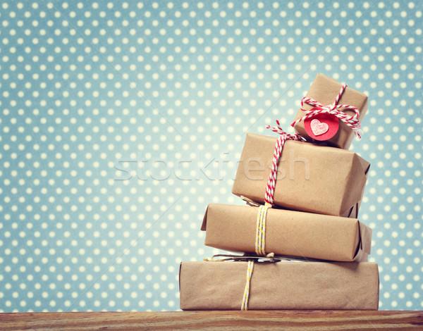 El yapımı hediye kutuları lekeli yeşil kâğıt duvar Stok fotoğraf © Melpomene