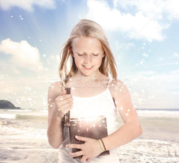 Jonge blond meisje opening geschenkdoos gelukkig Stockfoto © Melpomene