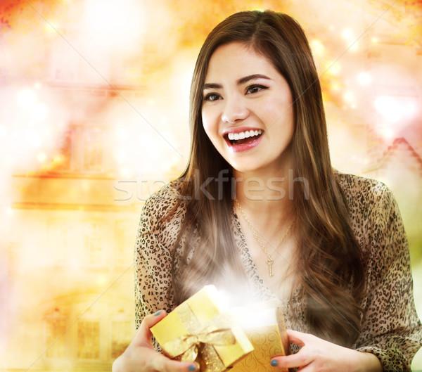 Dziewczyna otwarcie szkatułce happy girl kobieta szczęśliwy Zdjęcia stock © Melpomene