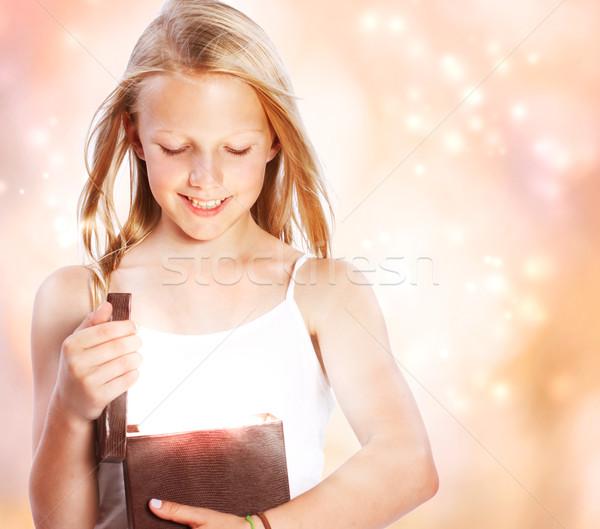 Gelukkig meisje opening aanwezig gelukkig blond meisje Stockfoto © Melpomene