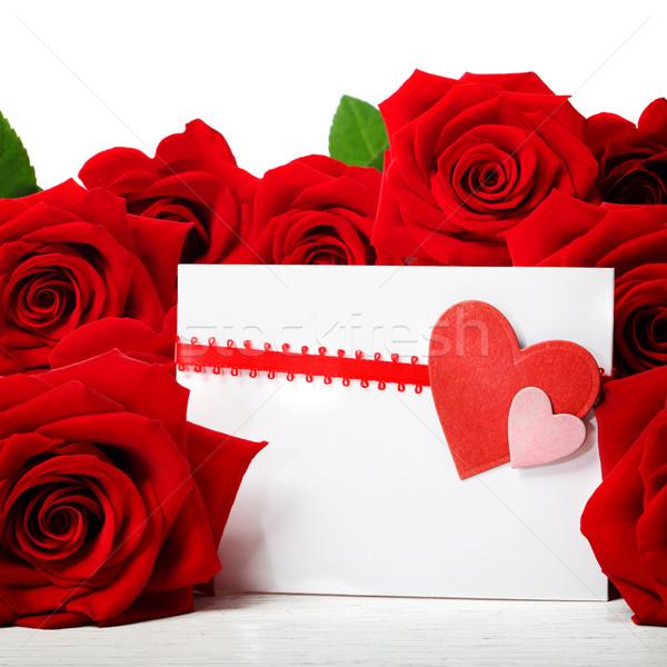 Сток-фото: сердцах · красивой · красные · розы · белый · фон