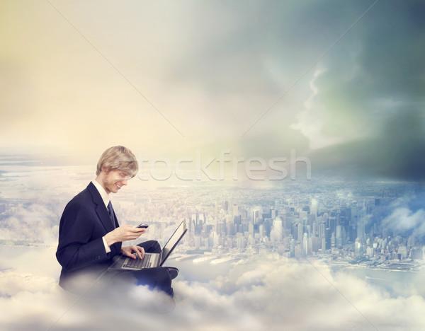 Stok fotoğraf: Adam · dizüstü · bilgisayar · telefon · üst · şehir · genç