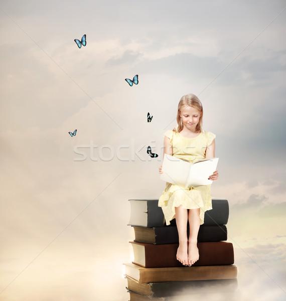 Photo stock: Peu · fille · lecture · livre · haut
