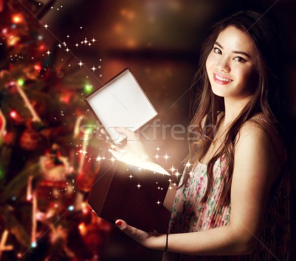 Kız açılış hediye kutusu mutlu kız kadın mutlu Stok fotoğraf © Melpomene