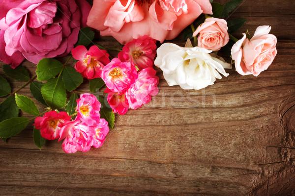 Assortiment belle roses rustique table en bois fleurs Photo stock © Melpomene
