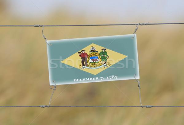 Grens hek oude plastic teken vlag Stockfoto © michaklootwijk
