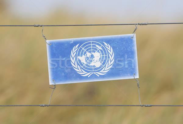 Confine recinzione vecchio plastica segno bandiera Foto d'archivio © michaklootwijk
