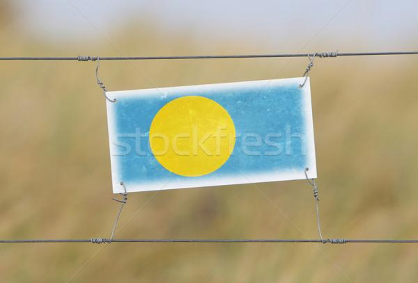 国境 フェンス 古い プラスチック にログイン フラグ ストックフォト © michaklootwijk