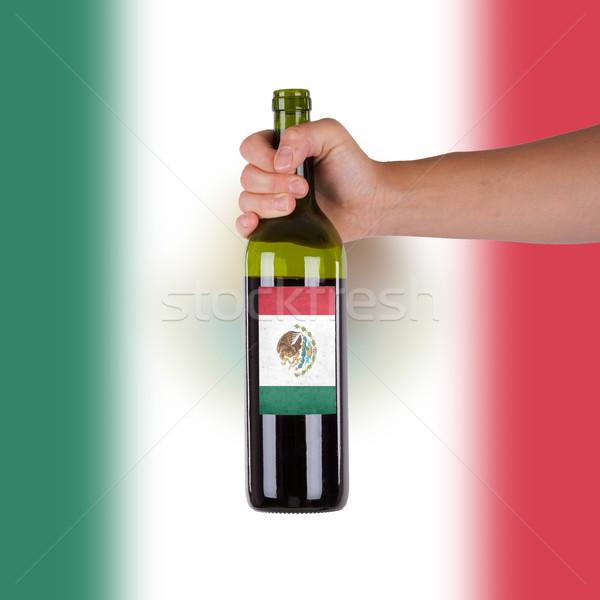 Mano botella vino tinto etiqueta México Foto stock © michaklootwijk