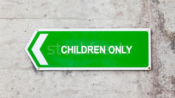 Zöld felirat csak gyerekek beton fal gyerekek Stock fotó © michaklootwijk