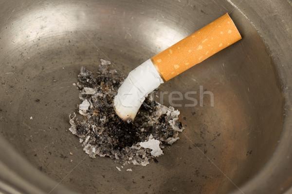 égő cigaretta öreg konzervdoboz hamutartó izolált Stock fotó © michaklootwijk