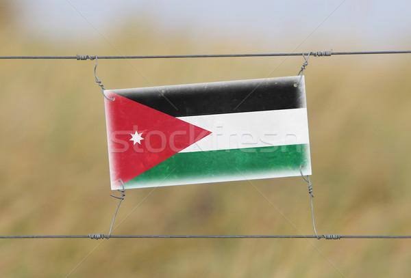 Fronteira cerca velho plástico assinar bandeira Foto stock © michaklootwijk