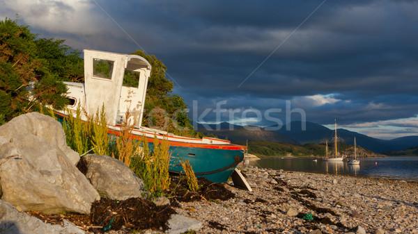 Küçük gemi enkazı taş plaj İskoçya gökyüzü Stok fotoğraf © michaklootwijk