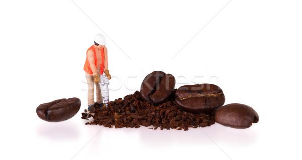 Miniatura trabalhador trabalhando grão de café trabalhar fundo Foto stock © michaklootwijk