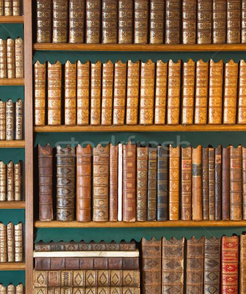 Boekenplank vintage boeken collectie antieke boek Stockfoto © michaklootwijk