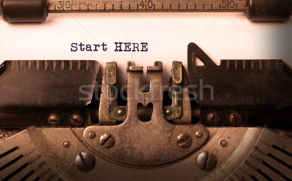 Vintage napis starych maszyny do pisania początku tutaj Zdjęcia stock © michaklootwijk