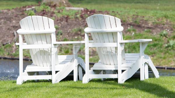Deux blanche chaises bord de l'eau jardin Photo stock © michaklootwijk