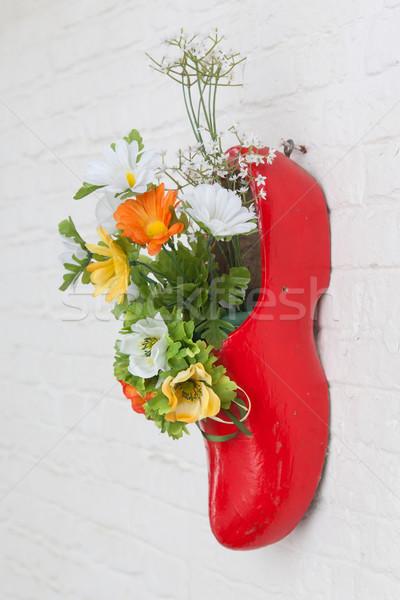 Hollanda ahşap ayakkabı sahte çiçekler asılı Stok fotoğraf © michaklootwijk
