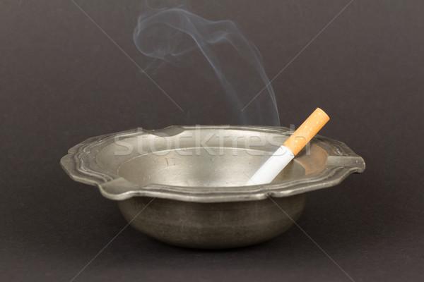 Ardente cigarro velho estanho cinzeiro isolado Foto stock © michaklootwijk