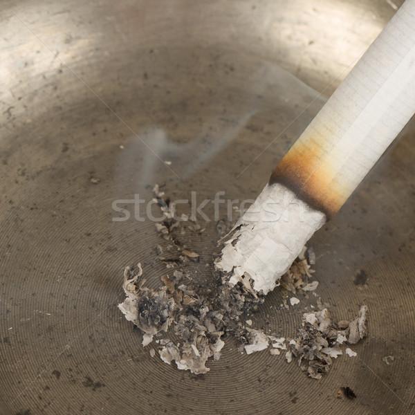 Brucia sigaretta vecchio tin posacenere isolato Foto d'archivio © michaklootwijk