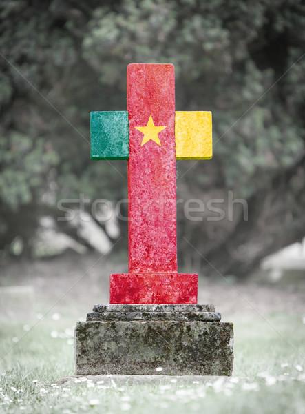 Grafsteen begraafplaats Kameroen oude verweerde vlag Stockfoto © michaklootwijk