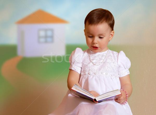 Dziewczyna czytania biała sukienka dziewczynka marzenia historia Zdjęcia stock © michey