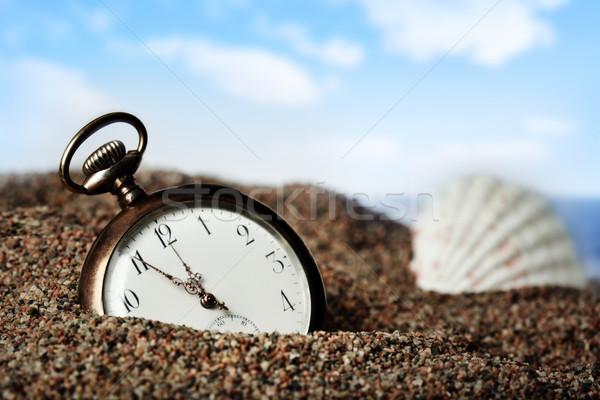 Edad reloj de bolsillo enterrado arena playa Foto stock © mikdam