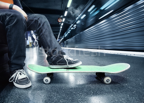 Garçon métro gare skateboard Photo stock © mikdam