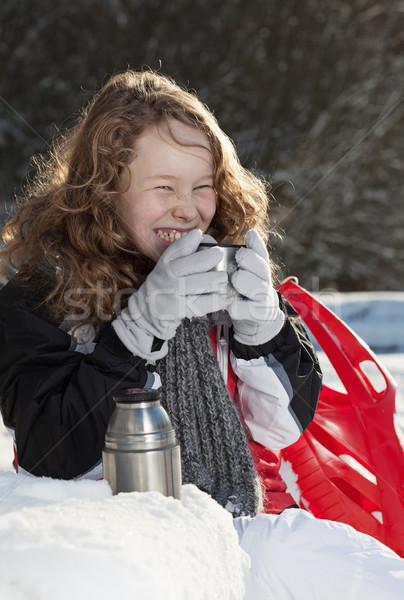 Szőke lány megnyugtató park mosolyog ül Stock fotó © MikLav