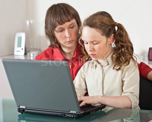 Anya lánygyermek laptop anya tinédzser lány Stock fotó © MikLav