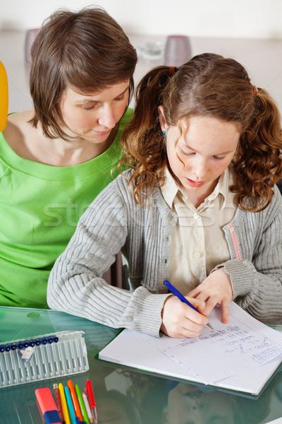 Dziewczyna praca domowa mama nastolatek posiedzenia wraz Zdjęcia stock © MikLav